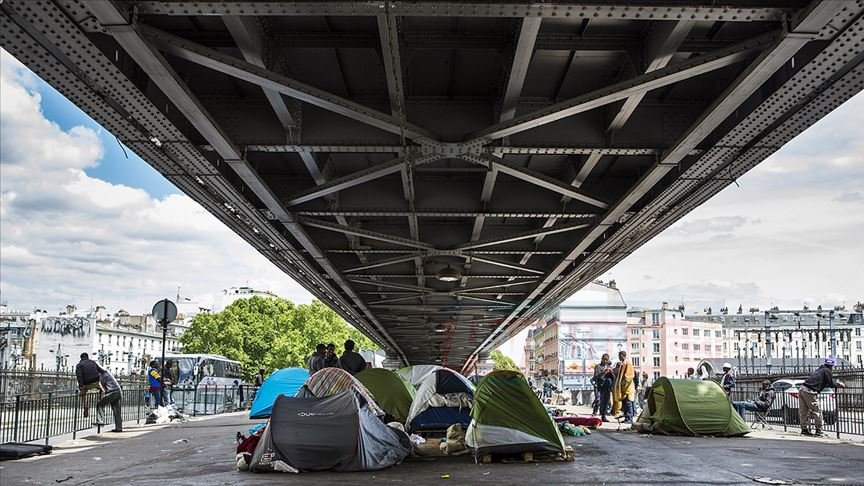 Paris'te düzensiz göçmenlere operasyon