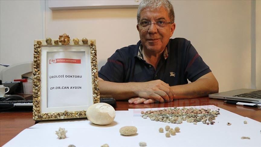 Üroloji doktoru hastalarından aldığı 'taşlar'dan koleksiyon yaptı