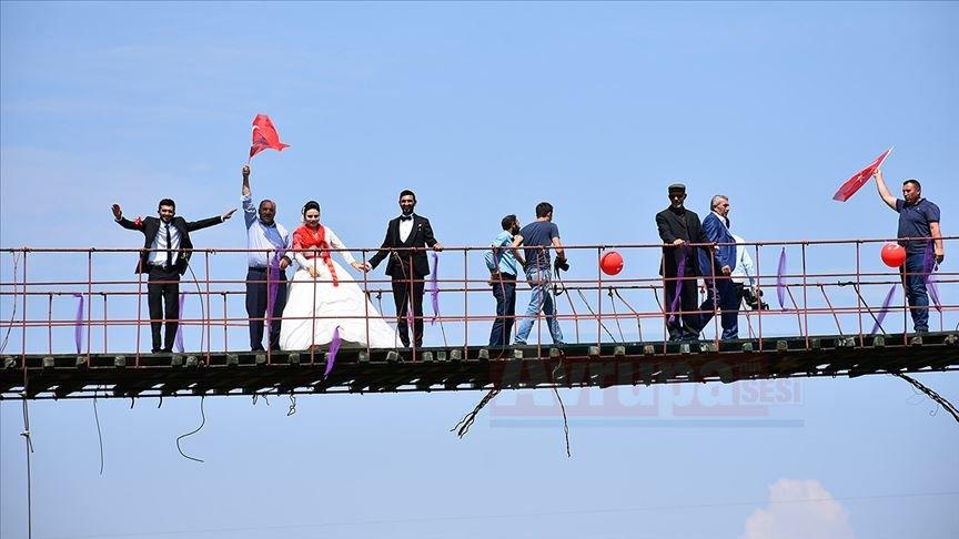 Asma köprüde mutluluğa imza attılar