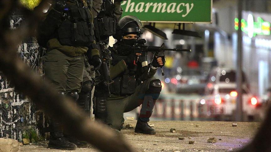 İşgalci İsrail askeri gece baskınlarında 14 Filistinliyi gözaltına aldı
