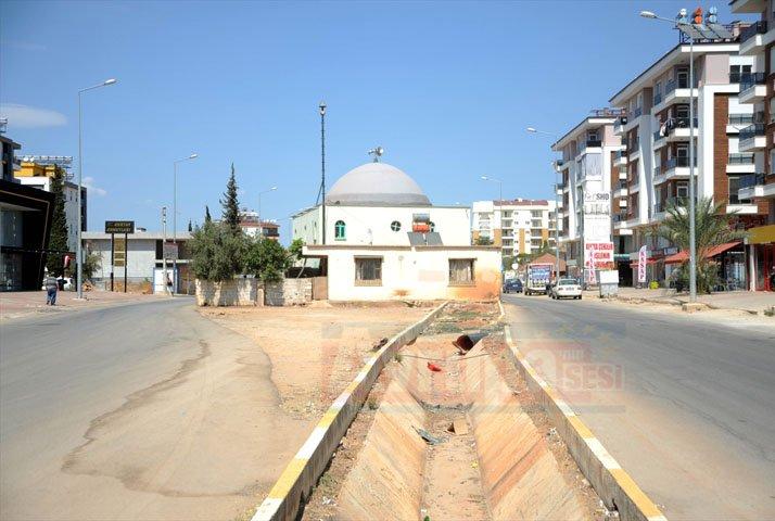 Cami iki yol arasında kaldı
