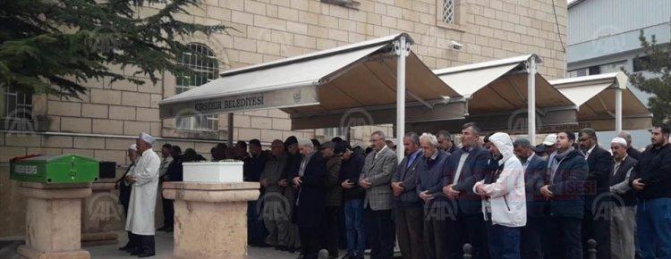Viyana'da öldürülen kadın ile iki çocuğu  Kırşehir'de toprağa verildi